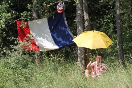 Hautes herbes et drapeau français