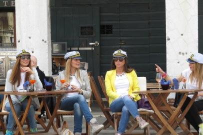 Quatre Vénitiennes dans un bar